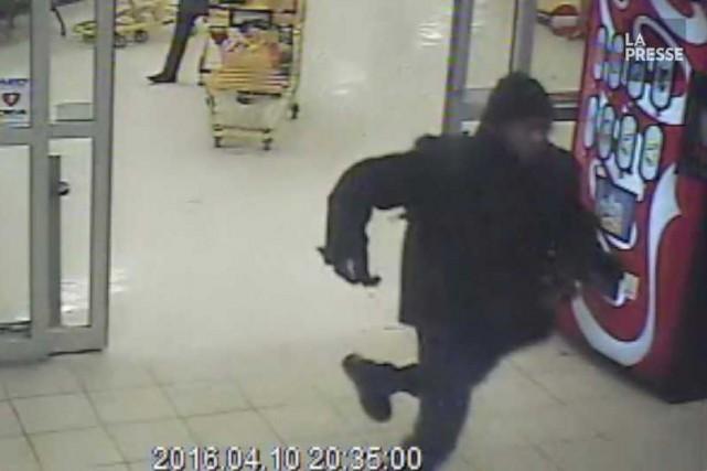 Randy Tshilumba, à la sortie du supermarché Maxi... (Capture d'écran d'une vidéo présentée au jury)