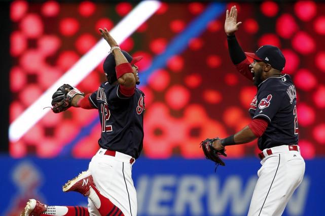 Francisco Lindor et Austin Jackson, des Indians, célèbrent... (AP)