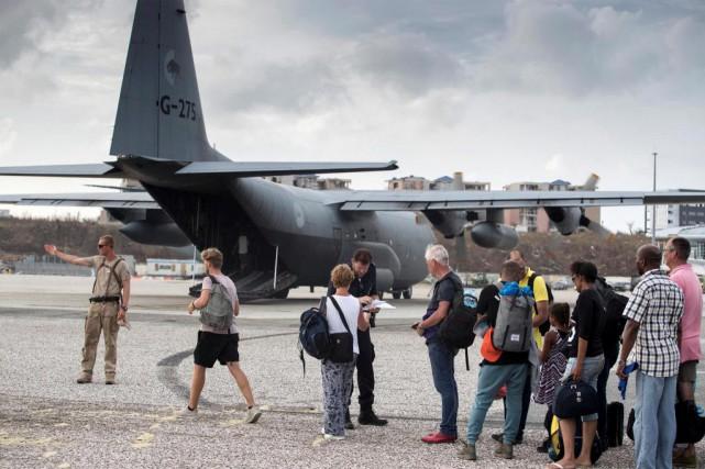 Des personnes évacuées de l'île de Saint-Martin s'apprêtent... (ARCHIVES REUTERS)