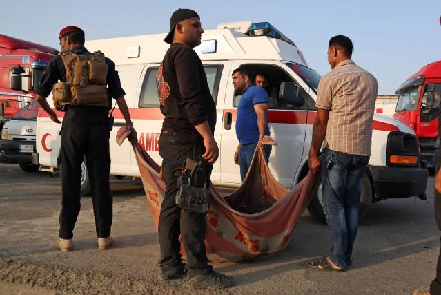 Sur place, des secouristes et des membres des... (PHOTO AFP)