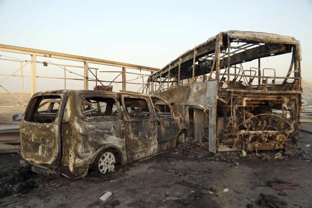 Les corps carbonisés et les véhicules, dont des... (AFP, Haidar Hamdani)