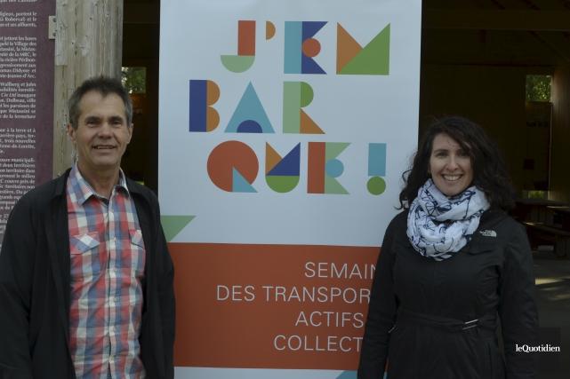 Michel Simard, d'Allo transport, et la kinésiologue Julie... (Photo Le Quotidien, Louis Potvin)