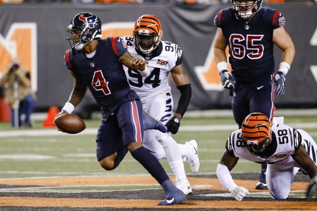 Le quart des Texans Deshaun Watson (4)a réussi... (Photo Frank Victores, AP)