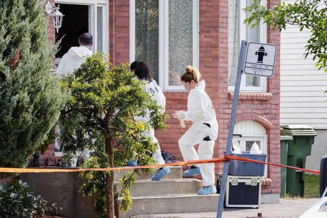 Devant le domicile où habitait VéroniqueBarbe, les enquêteurs... (Photo Alain Roberge, La Presse)