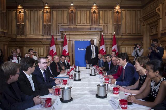 Justin Trudeau écoute Mike Schroepfer, un cadre chez... (La Presse canadienne, Paul Chiasson)