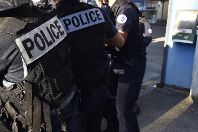 Une cinquantaine de policiers poursuivent les investigations et... (PHOTO GEORGES GOBET, archives AFP)