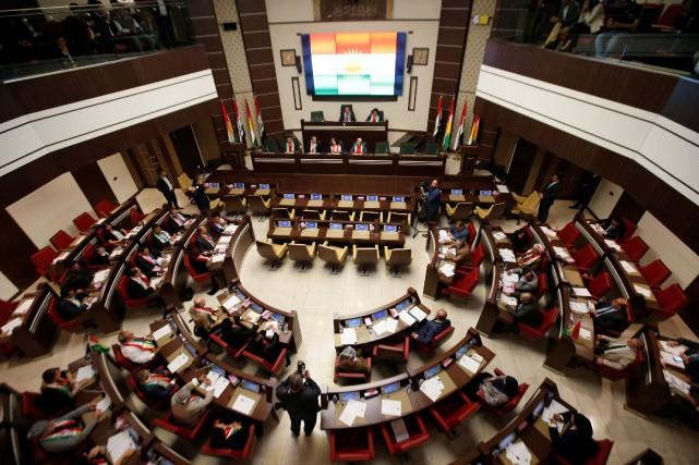 À l'issue du vote, les députés présents se... (PHOTO Azad Lashkari, REUTERS)