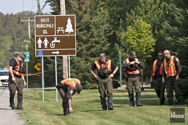 Les policiers de la Sûreté du Québec tentent... (Photo Patrick Sanfacon, La Presse)