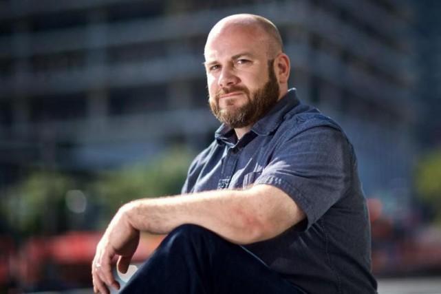 Le metteur en scène Andrew Neinaber décrit l'opéra... (Photo André Pichette, La Presse)