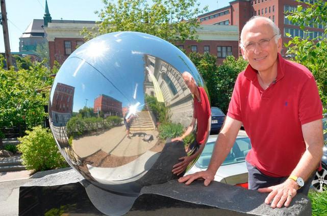 L'artiste québécois David James devant sa sculpture Ciel... (Photo Maxime Picard, La Tribune de Sherbrooke)