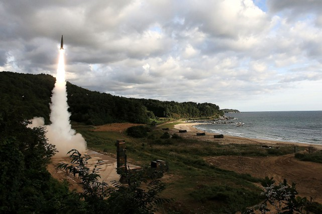 Le missile balistique nord-coréen qui a survolé vendredi... (PHOTO AFP/AGENCE KCNA)