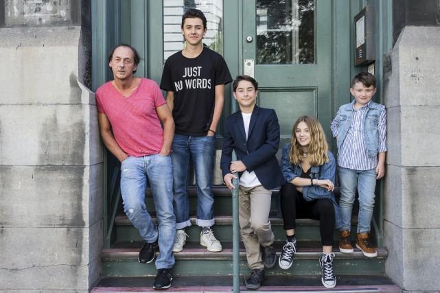 Luc Picard, entouré des jeunes comédiens au centre... (La Presse)