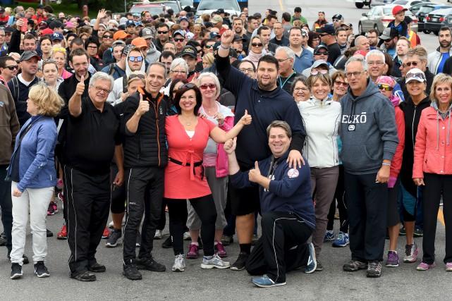 Accompagné d'une imposante foule, dont plusieurs conseillers municipaux... (Photo Le Quotidien, Rocket Lavoie)