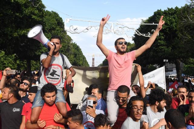 Les protestataires, des jeunes en majorité, ont défilé... (PHOTO FETHI BELAID, AFP)