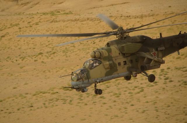 Un hélicoptère de l'armée russe survole le désertDeir... (PHOTO AP)