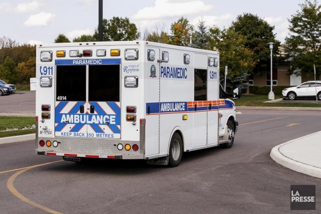 L'ambulance qui a transporté Ugo Fredette à l'hôpital... (Photo Alain Roberge, archives La Presse)