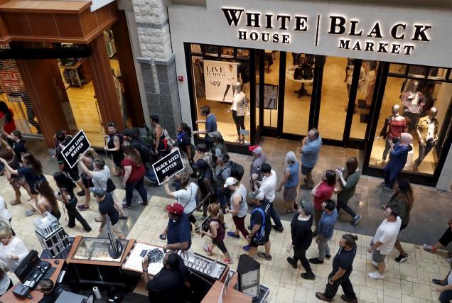 En après-midi, les manifestants se sont rendus dans... (AP, Jeff Roberson)