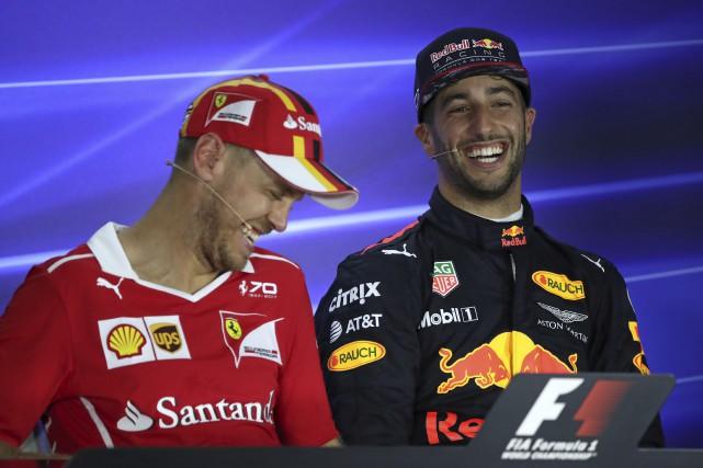 Sebastian Vettel de Ferrari et Daniel Ricciardo de... (AP, Yong Teck Lim)