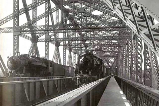 Le pont de Québec, entièrement ferroviaire, en 1917...