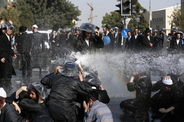 La police a utilisé des canons à eau... (PHOTO AFP)