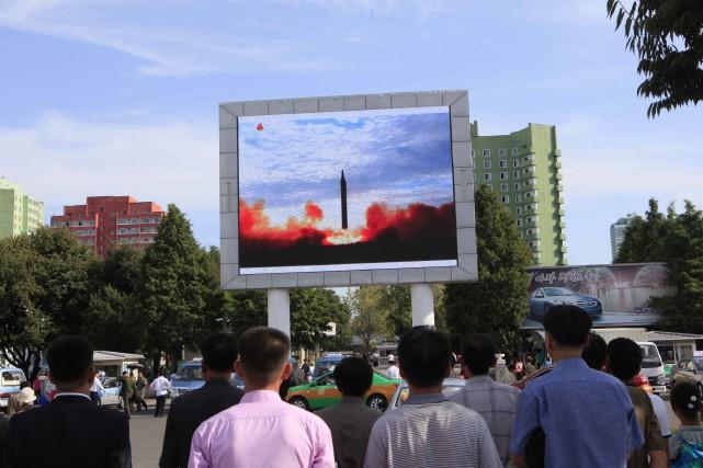 Des Nords-Coréens regardent le lancement d'un missile Hwasong-12,... (PHOTO AP)
