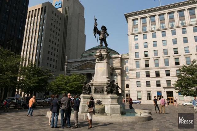 Sous la statue de Maisonneuve érigée sur la... (Photo François Roy, La Presse)