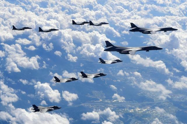 Quatre chasseurs F-35B et deux bombardiers B-1B ont... (AFP)