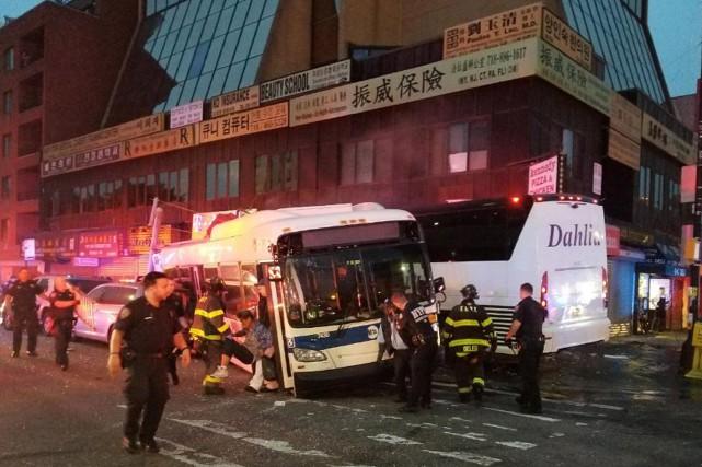 L'accident s'est produit à 6h15 à une intersection... (AP)