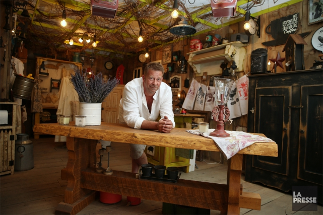 Luc Crevier dans sa nouvelle boutique de meubles... (Photo Martin Chamberland, La Presse)