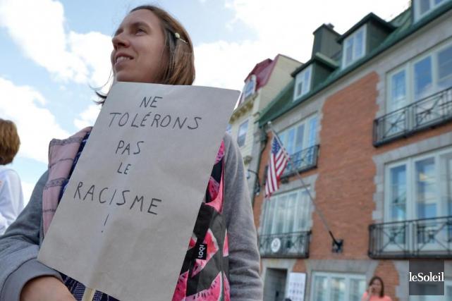 Une manifestante proteste contre le racisme dans les... (PHOTO ARCHIVES LE SOLEIL)
