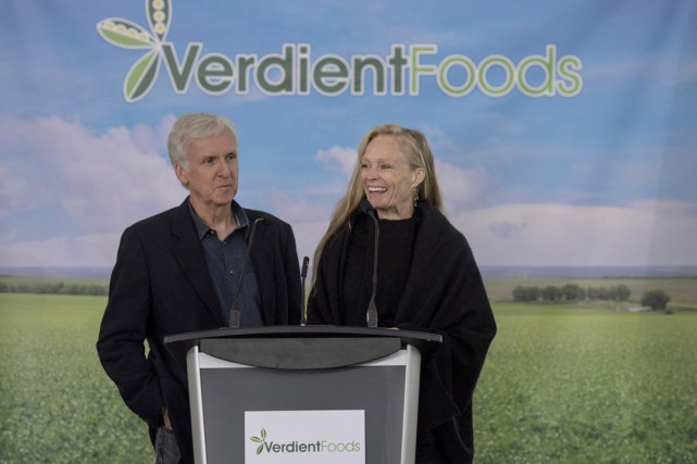 James Cameron et son épouse Suzy Amis Cameron... (PHOTO LA PRESSE CANADIENNE)