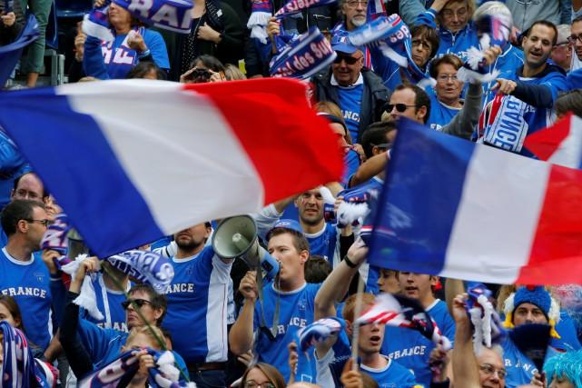 Des fans français au stade Pierre-Mauroy, à Lille.... (Photo Pascal Rossignol, archives REUTERS)