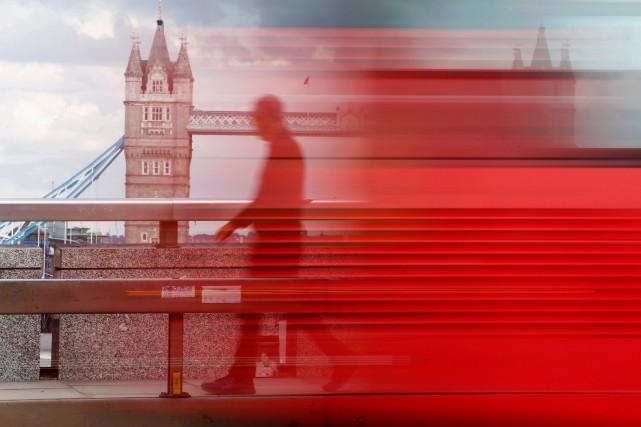 Un piéton traverse le pont de Londres alors... (Photo : REUTERS)