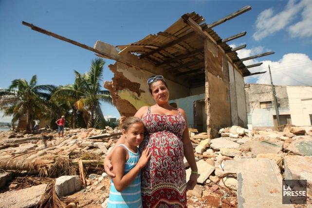 Yaima Aceguinolaza avec l'une de ses deux filles,Roxana... (PHOTO MARTIN CHAMBERLAND, LA PRESSE)