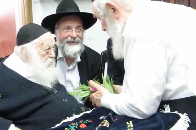 Le rabbin ultra-orthodoxe israélien Chaim Kanievsky (à gauche)... (IMAGE TIRÉE DE YOUTUBE)