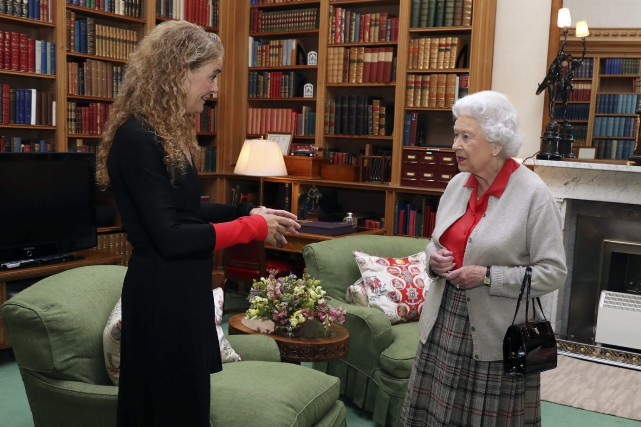 Julie Payette et Élisabeth II... (Associated Press)