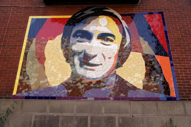 Signée Laurent Gascon, l'oeuvre murale représentant Yvon Deschampsest... (Photo tirée du compte Twitter J'adore Montréal)