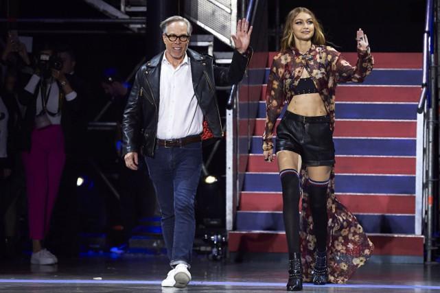 Tommy Hilfiger en compagnie du mannequin Gigi Hadid.... (PHOTO AFP)