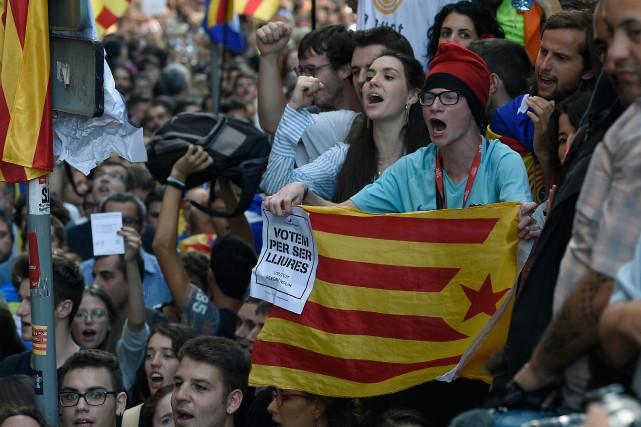 L'Espagne a décidé de réprimer par la force... (PHOTO AFP)