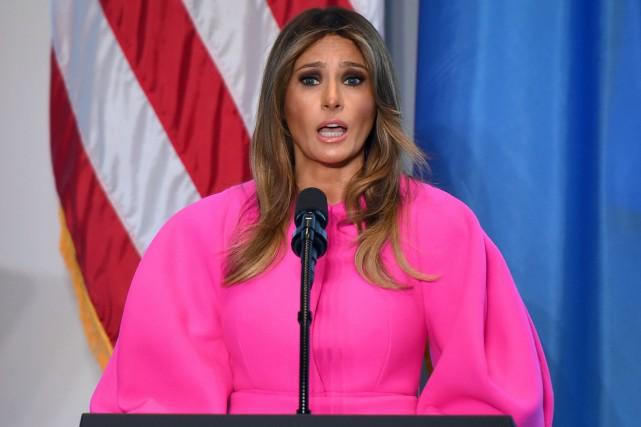 Vêtue d'une robe rose électrique, Melania Trump avait... (PHOTO AFP)
