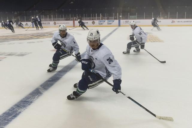 Les joueurs des Canucks de Vancouver s'entraînent dans... (PHOTO CHANDAN KHANNA, AFP)