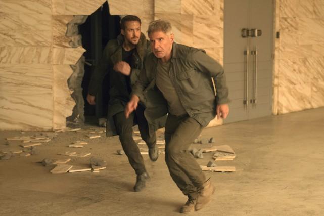 Ryan Gosling et Harrison Ford dans Blade Runner... (Photo fournie par Warner Bros. Pictures)