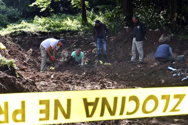 La fosse a été mise au jour près... (PHOTO AFP)