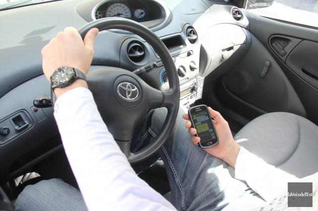 Au Québec, un automobiliste épinglé avec son cellulaire... (Photo Janick Marois, La Voix de l'Est)