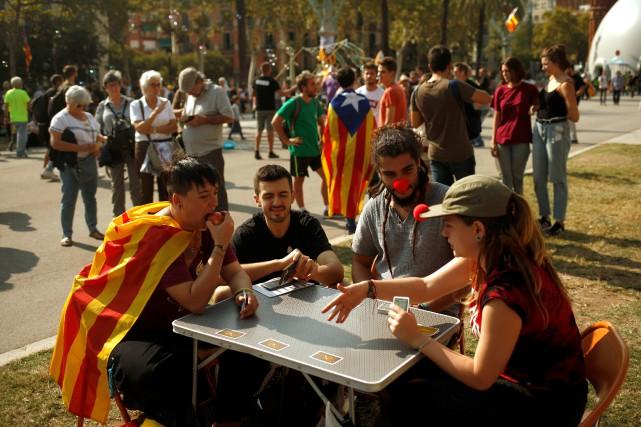 Dans le centre de Barcelone, quelques milliers de... (PHOTO REUTERS)