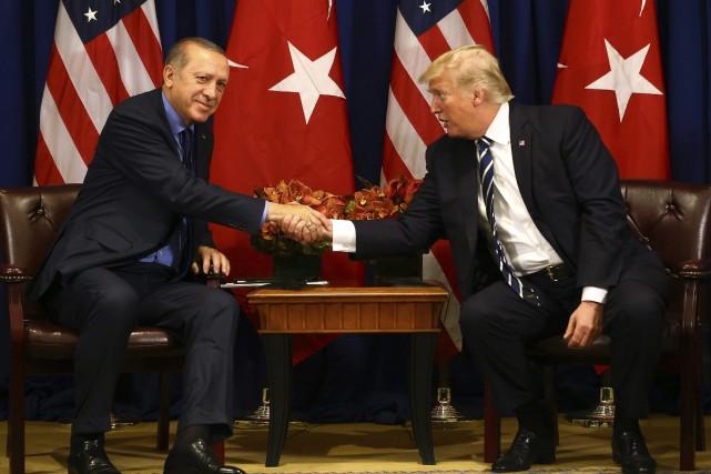 Donald Trump et Recep Tayyip Erdogan se serrent... (PHOTO AP)