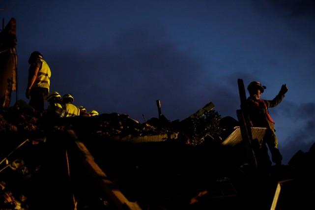 Des secouristes continuent les recherches dans les décombres... (PHOTO Carlos Jasso, REUTERS)