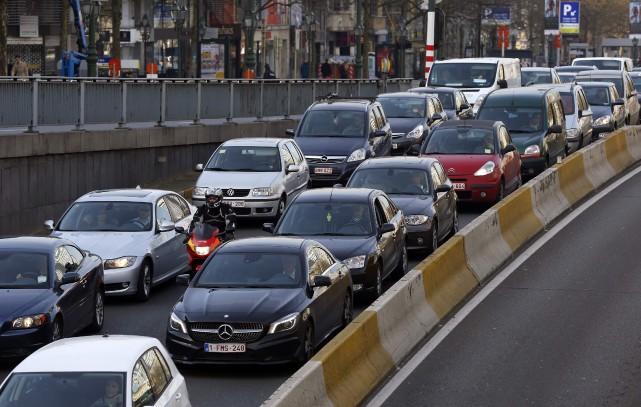 Des voitures prises dans un bouchon, en route... (Photo : REUTERS)