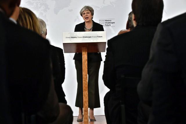 La première ministre britannique a choisi le cadre... (Photo Maurizio Degl'Innocenti, AP)