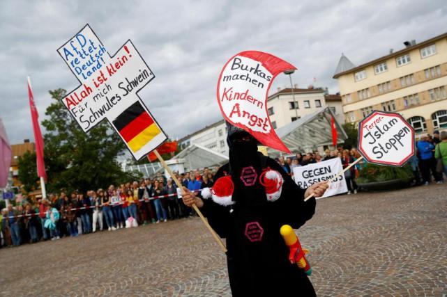 Un partisan du parti d'extrême droite AfD manifeste... (PHOTO ARCHIVES REUTERS)